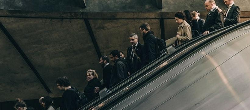 gens dans un escalator