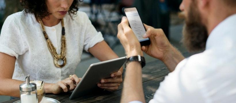 Deux personnes lisent leur smartphone