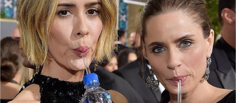 Des actrices en train de boire de l'eau FIJI Water aux Golden Globes