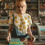 jeune fille qui regarde des vinyles