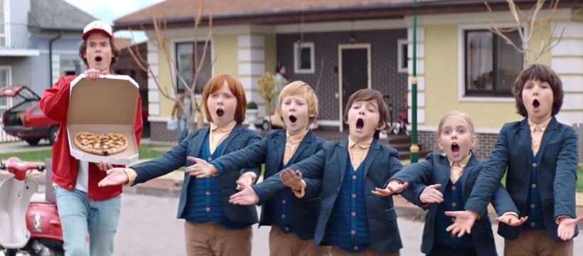 enfants et livreur de pizza qui chantent