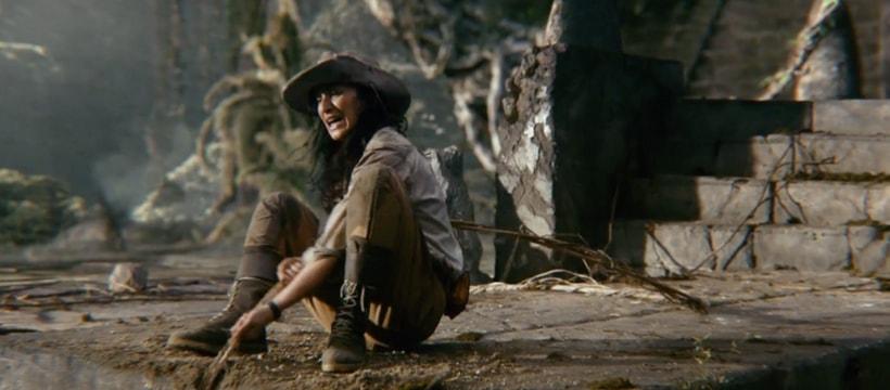 femme qui tire une liane pendant dans un gouffre