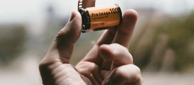 Une main tenant une pellicule Kodak