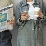 homme qui lit le journal femme qui boit le café