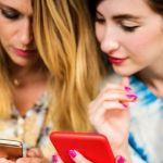 Deux jeunes femmes en train de regarder un portable