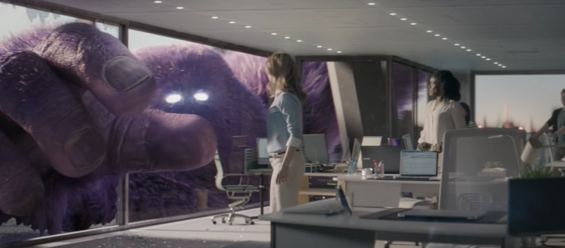 monstre qui pose une femme au sol dans un immeuble