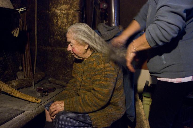 vieille dame aux cheveux longs
