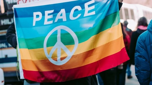Un drapeau gay avec l'inscription