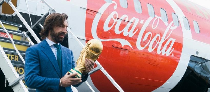 andrea pirlo tenant la coupe du monde
