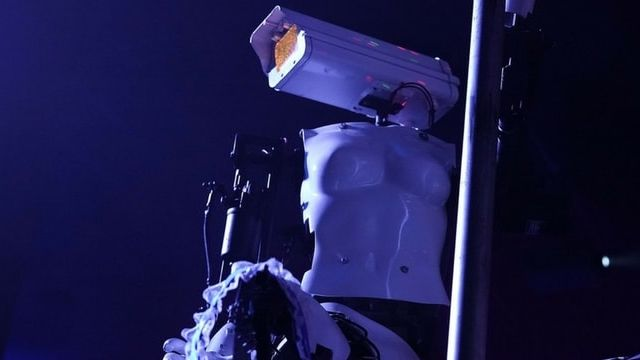 robot du CES qui danse dans un strip club
