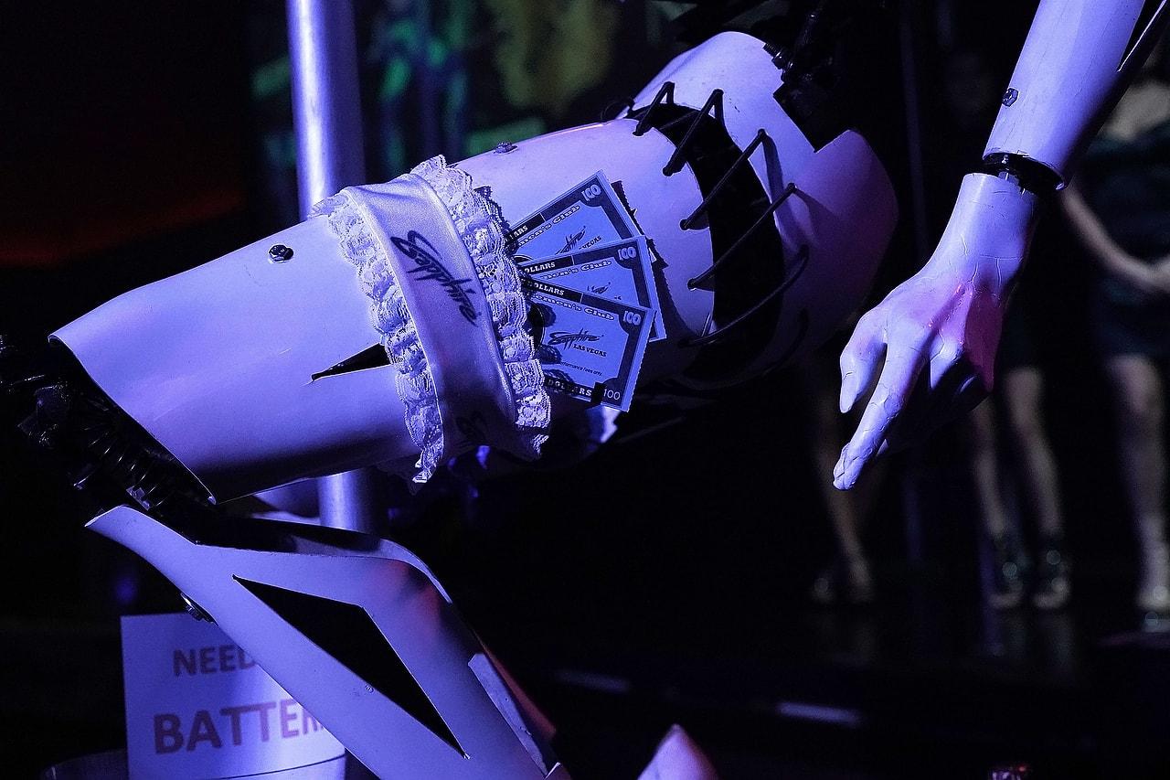 hanche de robot avec des billets glisses dedans