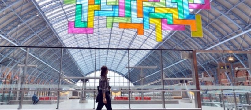 Une femme marchant devant une sculpture de Tetris
