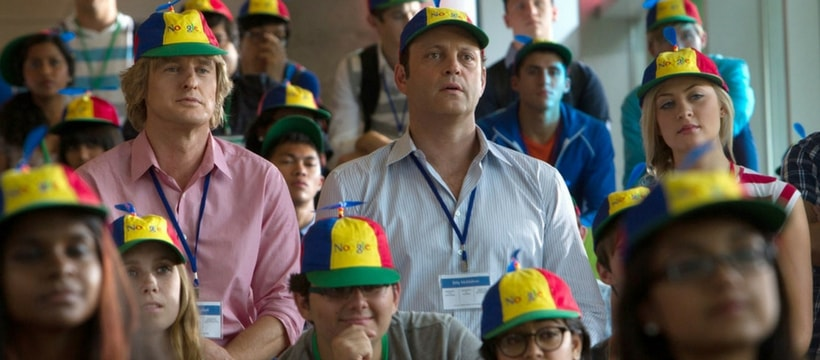 Owen wilson et Vince Vaugnh avec des casquettes aux couleurs de google