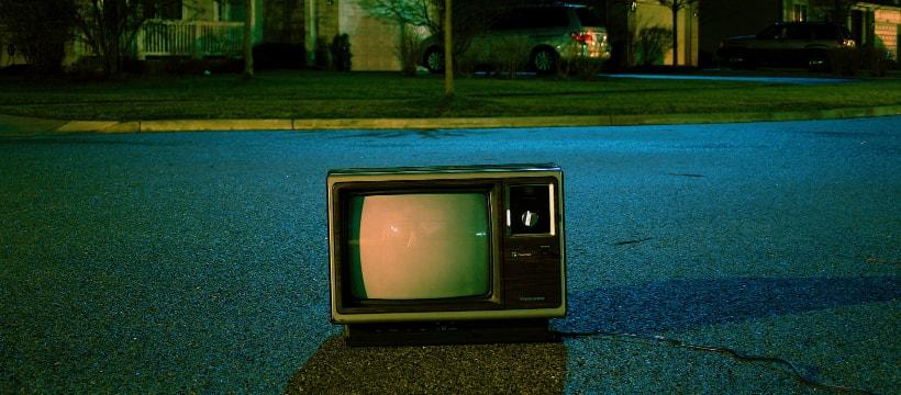 télévision posée dans la rue