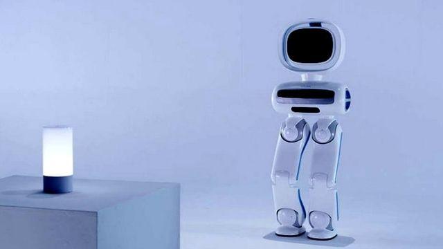 Robot blanc avec des jambes