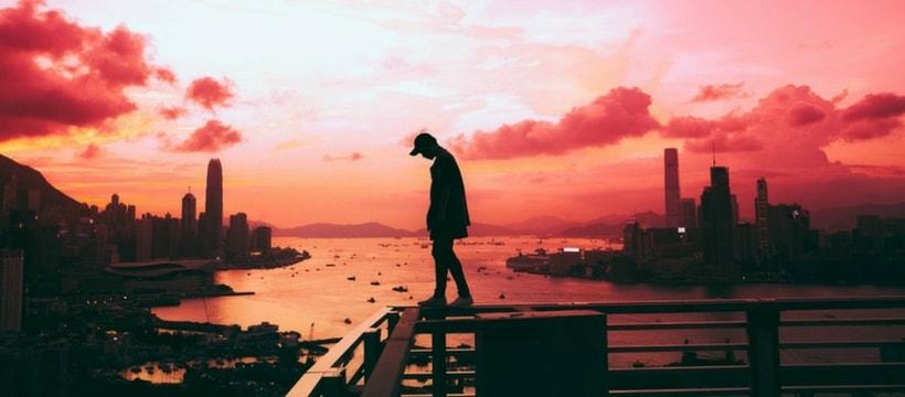 homme sur un pont pendant un coucher de soleil