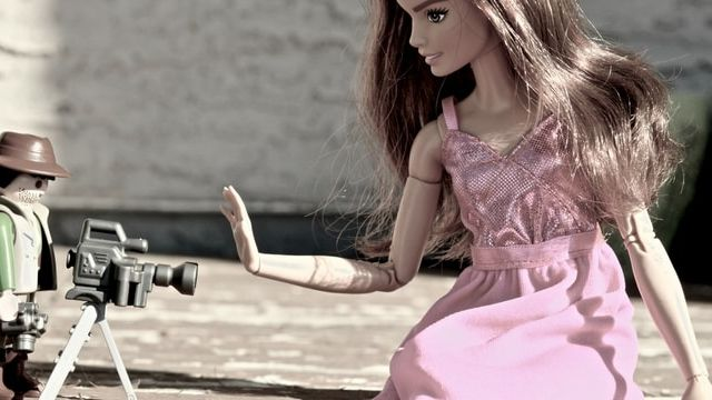 Un playmobil en train de filmer une Barbie