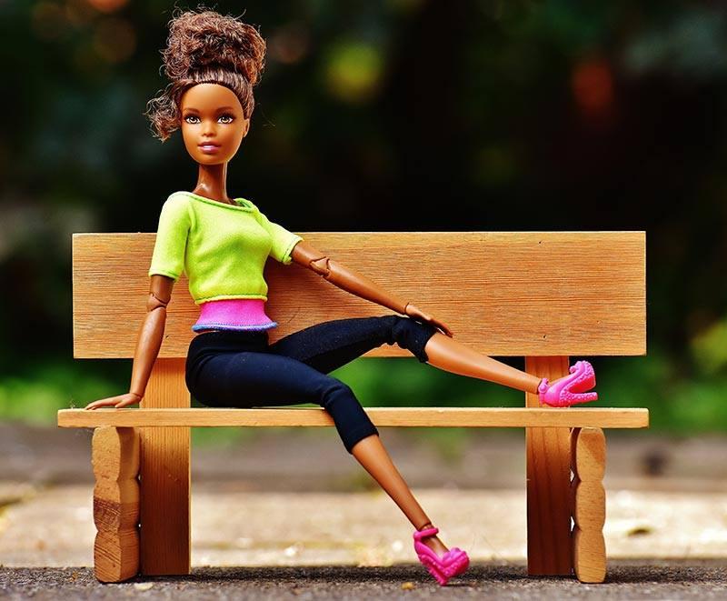 Barbie sur un banc
