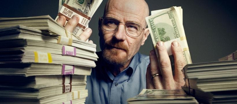 Walter White, personnage de Breaking Bad, entouré de liasses de billets