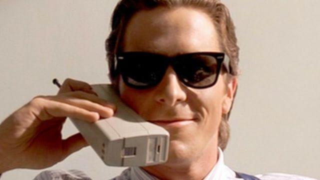 Christian Bale avec un telephone portable a lancienne