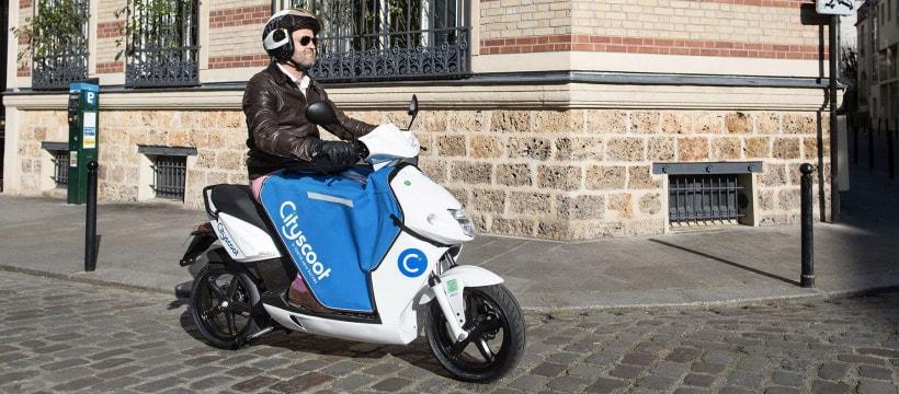 homme sur un scooter electrique