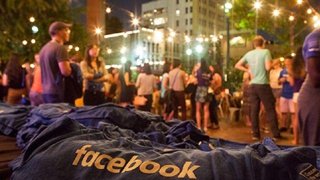 Un t-shirt avec le logo de Facebook