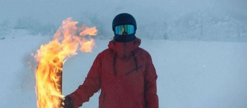 homme portant une flamme