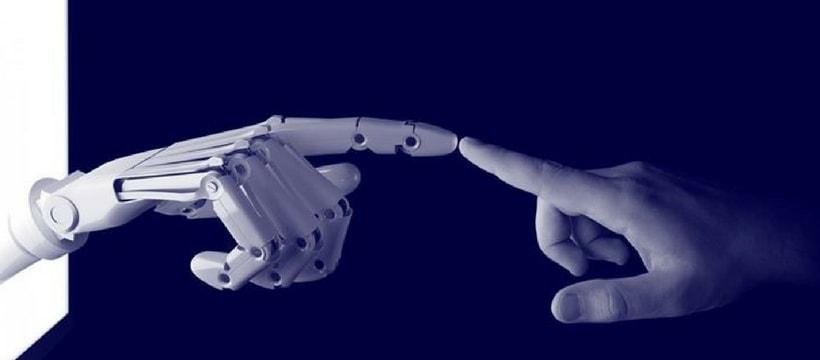 doigt robotique et doigt humain