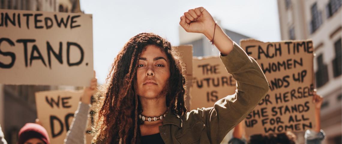 des femmes manifestent contre le sexisme et pour le féminisme