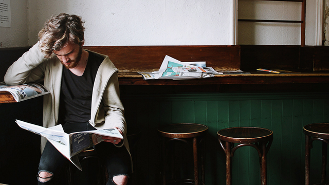 Homme déprimé qui lit un journal