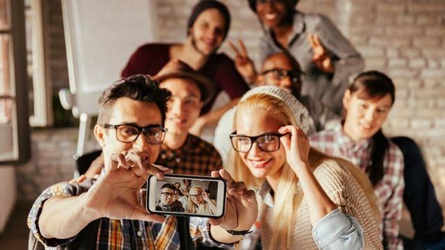 Des jeunes gens en train de faire un selfie