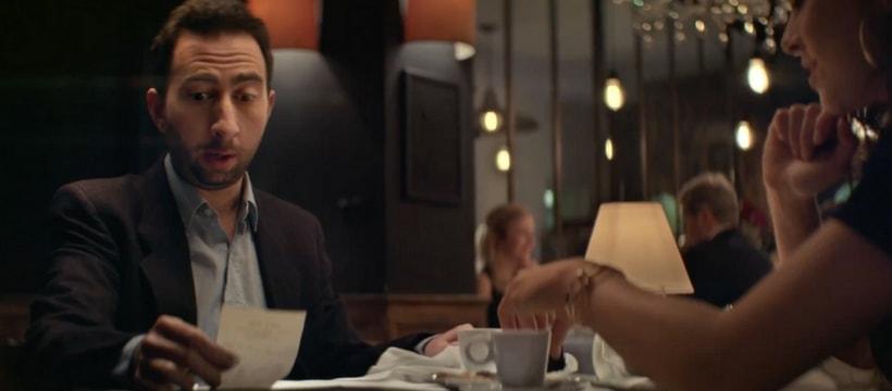 homme qui regarde laddition au restaurant