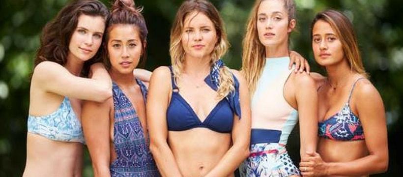 Jeunes femmes en maillot de bain pour la campagne Roxy