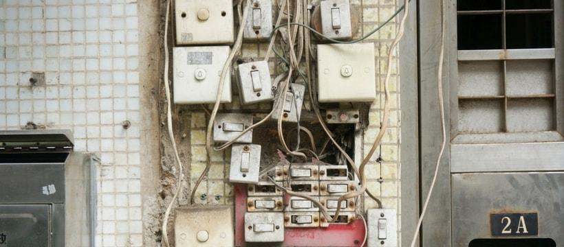 un tableau electrique anarchique