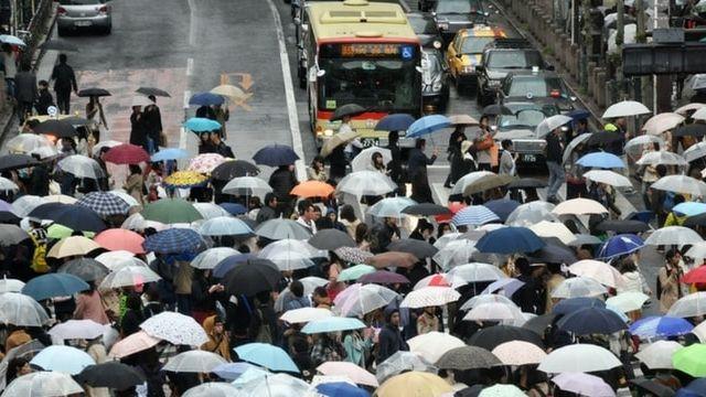 Des passants traversent a un passage protege