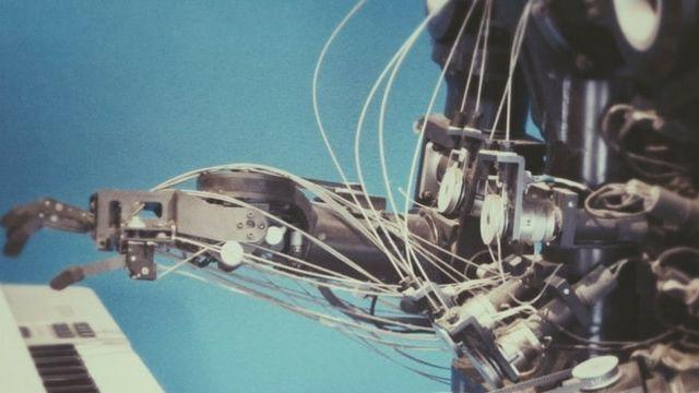 Un robot joue du piano