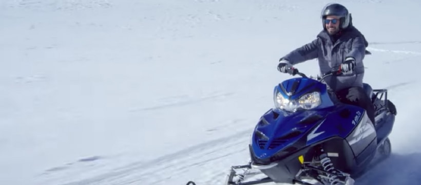 homme sur une moto des neiges
