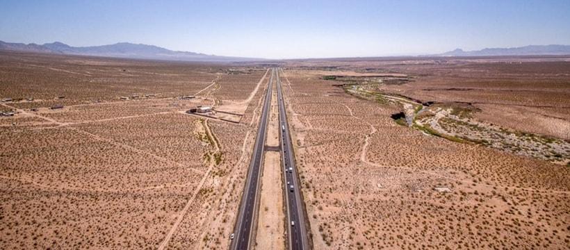 paysage desertique au milieu une route