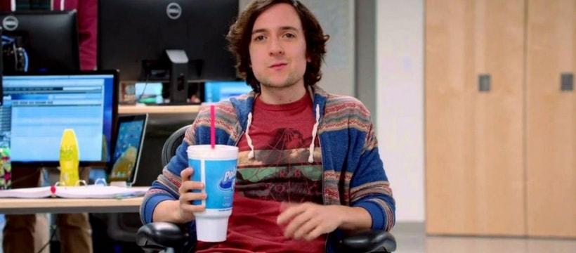 Big Head, dans la série Silicon Valley, en train de boire un soda gant
