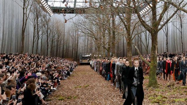 Chanel abat des arbres pour un défilé