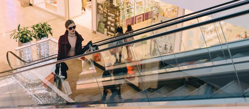 femme sur un escalator