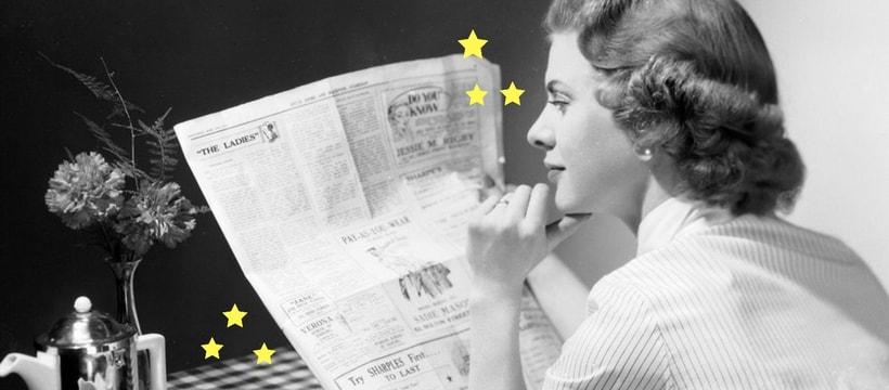 une femme en train de lire un journal