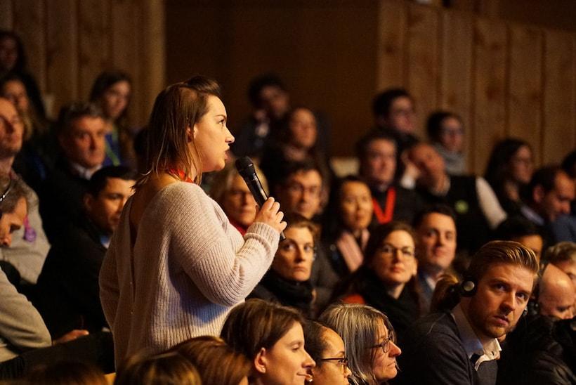 Une jeune femme prenant la parole à l'occasion d'une conférence organisée par Oscar