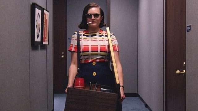 Dans la série Mad Men, le personnage de Peggy quitte l'agence, avec un carton et une cigarette
