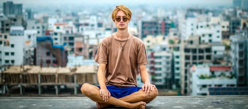 un homme fait du yoga