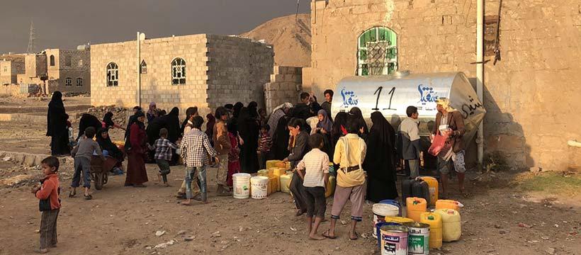 rassemblement autour d'un réservoir d'eau au yemen