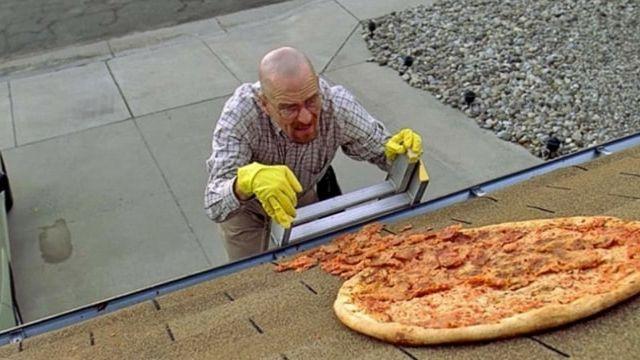 Extrait de la série Breaking Bad où Walter White envoie une pizza sur son toit
