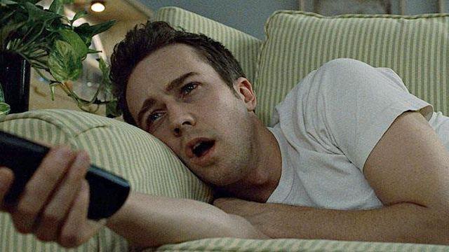 Une scène de Fight Club où Edward Norton s'endort sur son canapé
