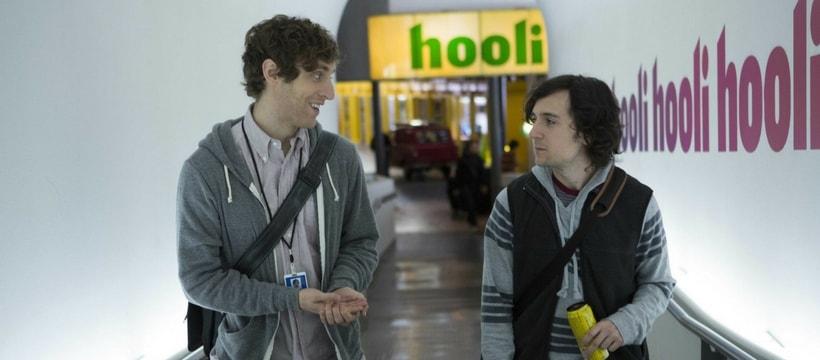 Les personnages de la série Silicon Valley dans les locaux de Hooli