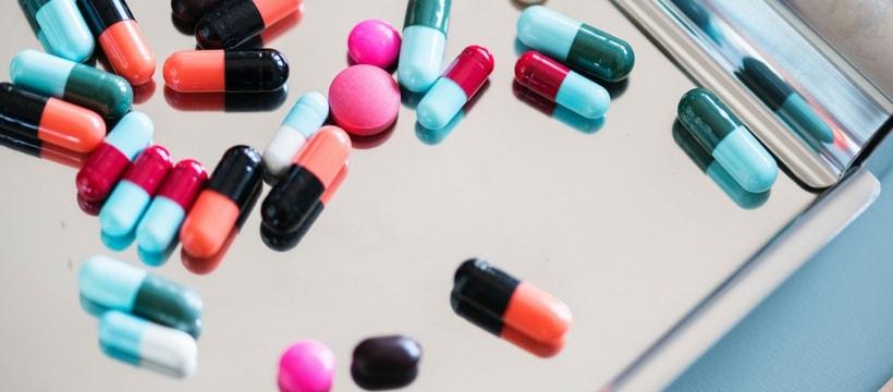 Plusieurs pilules de médicaments sur un plateau
